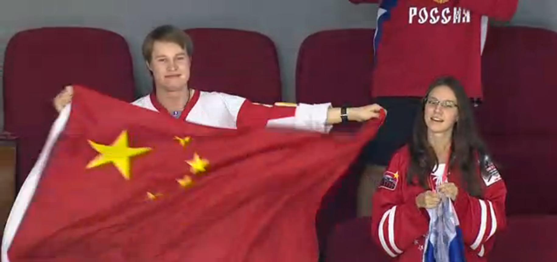 Болельщик россии держит флаг китая