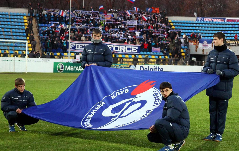 Подростки держут флаг Факела Воронеж